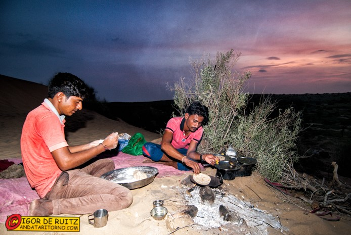I cammellieri di Jaisalmer preparano la cena
