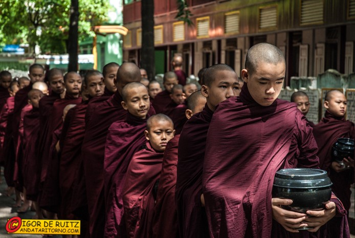 Amarapura, la questua dei monaci