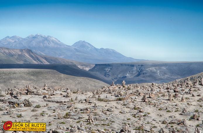 """Paesaggi """"lunari"""" durante il trasferimento al Canyon del Colca."""