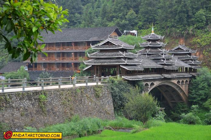 Il Dong Village Hotel sullo sfondo di un ponte del vento e della pioggia presso Chengyang