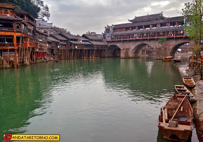 Ponte Hong e palafitte sul fiume Tuo Jiang
