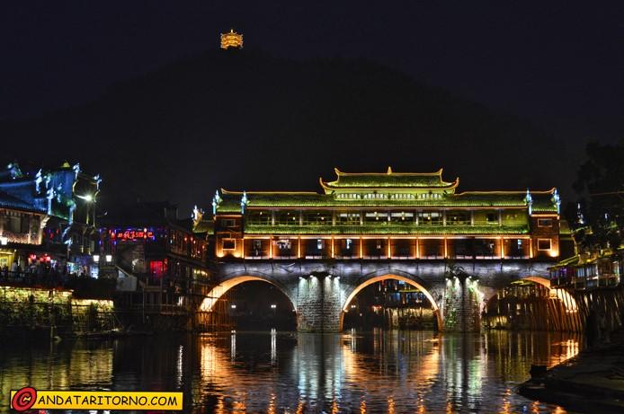 Il ponte Hong protagonista della scena notturna; visibile anche la pagoda illuminata sulla montagna nello sfondo