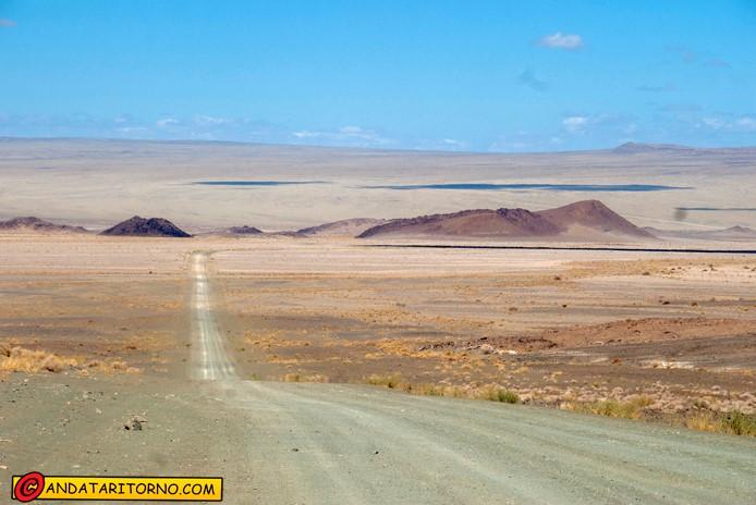 La desolazione della strada D316 nel sud della Namibia
