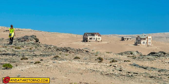 Anna Biasi di Creazzo cammina verso Kolmanskop in Namibia