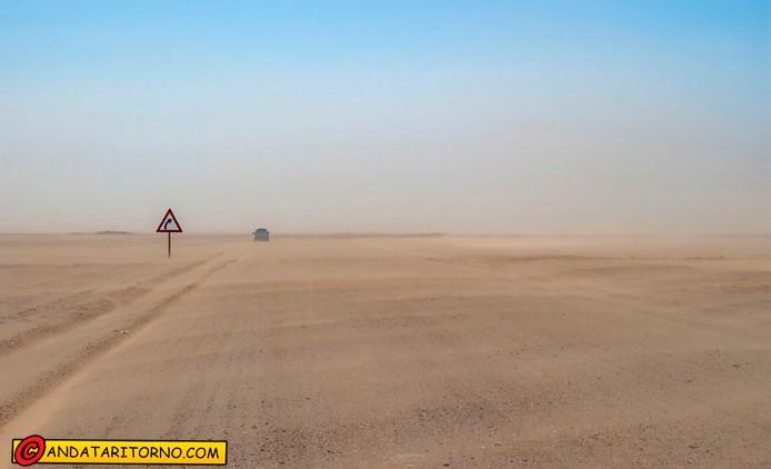 Un tratto della strada C34 lungo la Skeleton Coast in Namibia
