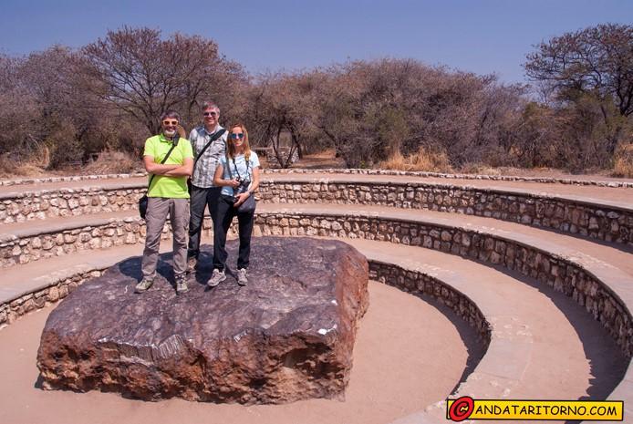 Boris, Anna e Pesa in posa sul Meteorite di Hoba vicino a Grootfontein in Namibia